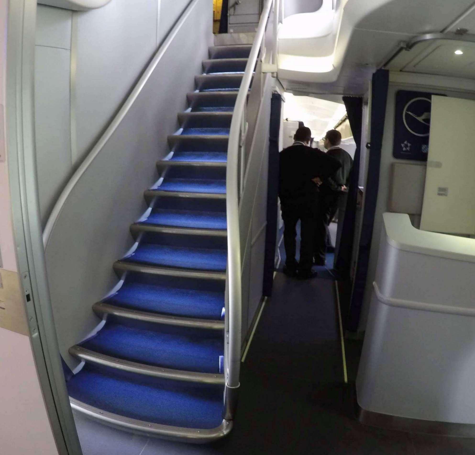 Escaleras hacia el upper deck